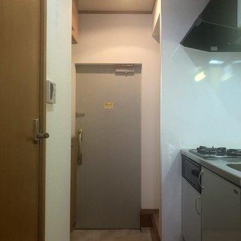 玄関まで続く廊下にキッチンあります。少し狭そう。※写真は同じ階の105号室のものです