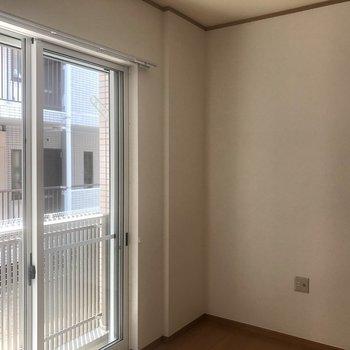 こちらの隅っこにテレビを置こう※写真は同じ階の105号室のものです