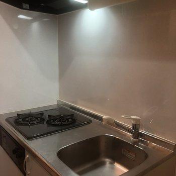 キッチンです!コンパクトですが、二口だし機能性ありそう!※写真は同じ階の105号室のものです
