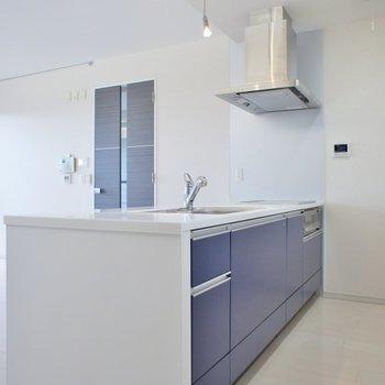 キッチンはブルーとホワイトで清潔感◎