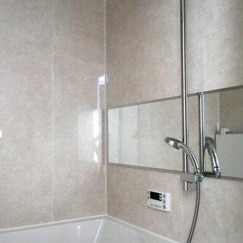 浴室はワイドな鏡で広さを感じます