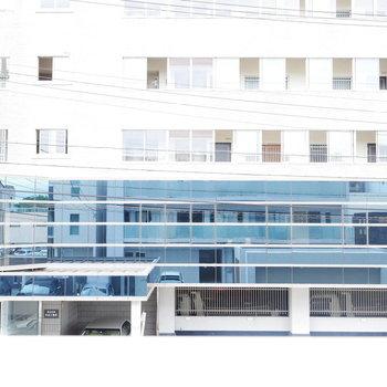 向かいは事務所の建物。反射でこちらが写ってます。