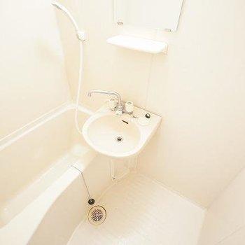お風呂と洗面が一緒の2点ユニットです。(※写真は9階の反転間取りの別部屋のものです)