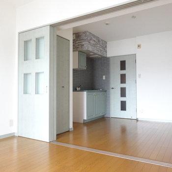 アンティークっぽいキッチンが素敵な一室。(※写真は9階の反転間取りの別部屋のものです)