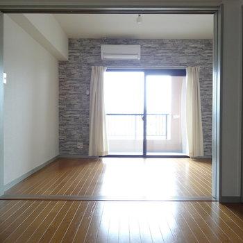 ダイニングと洋室は引き戸で仕切ることもできます。(※写真は9階の反転間取りの別部屋のものです)