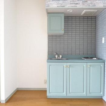 くすんだグリーンが可愛いキッチン。(※写真は9階の反転間取りの別部屋のものです)