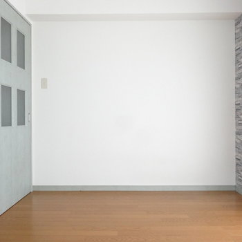 こちらは洋室。ベッドはこちらですね。(※写真は9階の反転間取りの別部屋のものです)