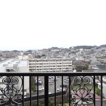 ベランダの柵もヨーロピアン。いい眺め〜!(※写真は9階からのものです)