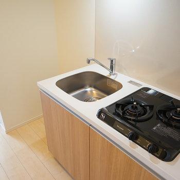 キッチンはコンパクトながら2口ガスコンロ!※写真は7階の同じ間取り別部屋