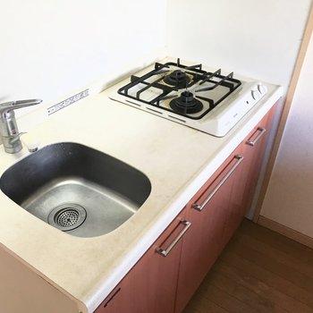 2口コンロです。シンクは小さめだからこまめに洗い物は片付けましょ!(※清掃前の写真です)