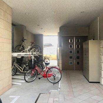 エントランス手前に駐輪場が。屋根付きだから濡れないね。