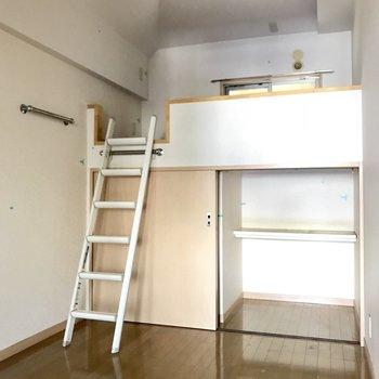 天井が高かった…この高さのロフトなら登りやすい。収納も◎(※清掃前の写真です)