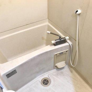お風呂はいたってシンプルに。(※清掃前の写真です)
