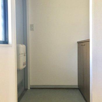 玄関はちょっと手狭かも。