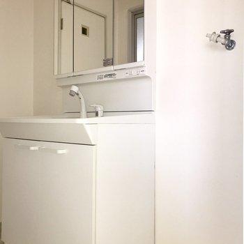 洗濯機置場と洗面台はおとなりさん※フラッシュを利用して撮影しています。