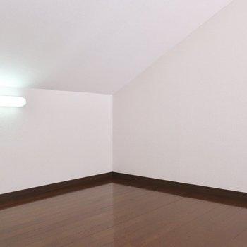 コンセントもライトも完備されているので居室として十分使えますよ※写真は2階の反転間取り別部屋、モデルルームのものです
