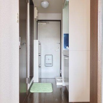 こちらはキッチンと水周り※写真は2階の反転間取り別部屋、モデルルームのものです