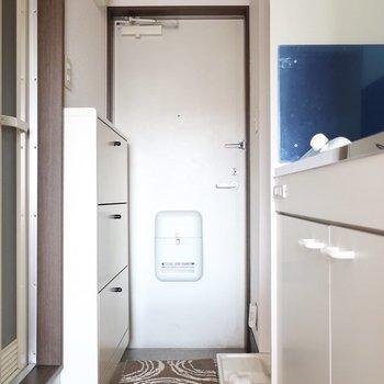 玄関はシンプル※写真は2階の反転間取り別部屋、モデルルームのものです