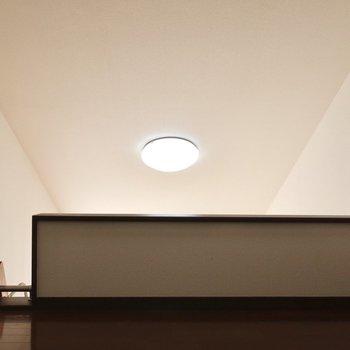 ライトが空に浮かぶお月様みたい※写真は2階の反転間取り別部屋、モデルルームのものです