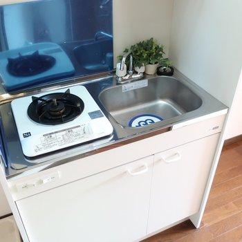 1口コンロのミニキッチン※写真は2階の反転間取り別部屋、モデルルームのものです