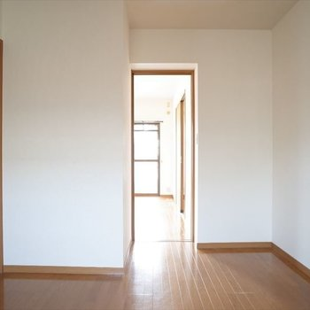 玄関横のお部屋は洋室からもアクセス可♩