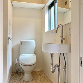 洗面台の横にはトイレが。