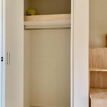メイン収納はやや小さめかもしれません。階段下も活用しましょう。