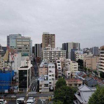 都会の街並み。※写真は10階の同間取り別部屋です。