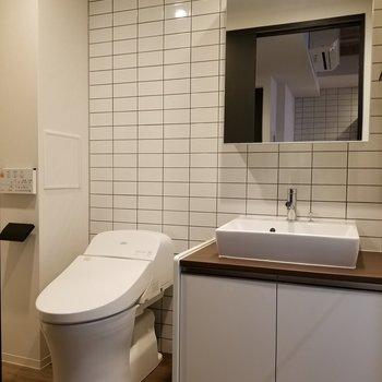 キッチンと同じくタイルで清潔感のある空間に。※写真は10階の同間取り別部屋です。