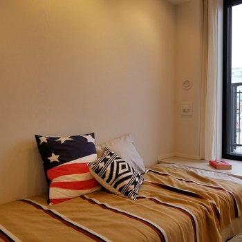 窓に向かって少し小上がりになっています。※写真は10階の同間取り別部屋です。