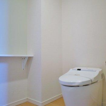 トイレも収納、手洗い場付で広々です
