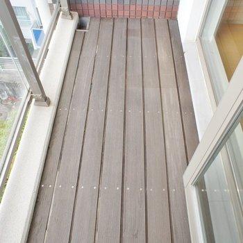 バルコニーは少し狭めですが各階あります