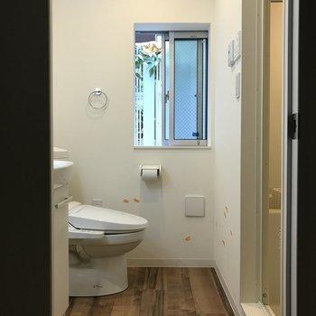 窓付トイレで、換気も楽々。※クリーニング・電気がつく前の写真