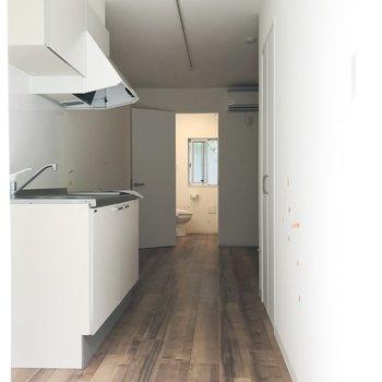 脱衣所のドアを開けるとこんなに奥行きがあります。※クリーニング・電気がつく前の写真