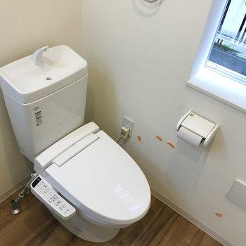 ウォッシュレット付きの、清潔感のあるトイレ。※クリーニング・電気がつく前の写真
