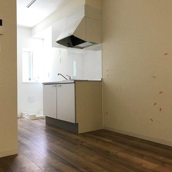 キッチンの扉がないからデッドスペースができにくい。※クリーニング・電気がつく前の写真