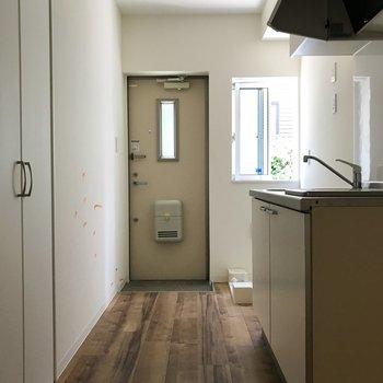 ドアにも小窓があるから光が差し込みます。※クリーニング・電気がつく前の写真