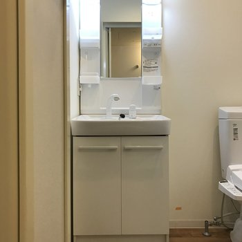独立洗面台付きは嬉しい!※クリーニング・電気がつく前の写真
