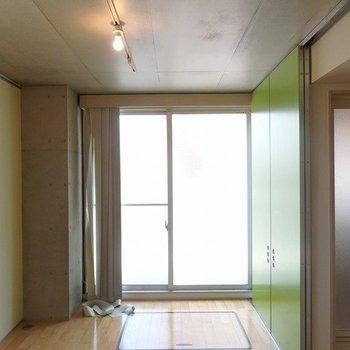 ひかりが差し込む!ライトもシンプル!※写真は2階の同じ間取りの別部屋です。