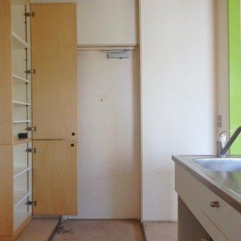 玄関収納も結構あります。※写真は2階の同じ間取りの別部屋です。
