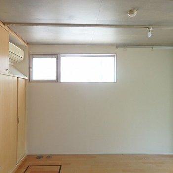 この高い位置にある窓が光を取り込みます!※写真は2階の同じ間取りの別部屋です。
