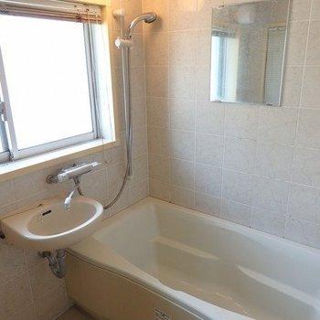 お風呂も光が入ってきますね~※写真は2階の同じ間取りの別部屋です。