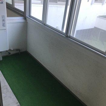 和室からはインナーバルコニーへと出られます。大きな鉢植えのグリーンを並べたいな。