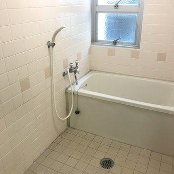 浴室はかなり広め。タイル貼りでノスタルジック。