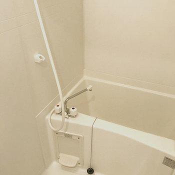 浴室は普通のサイズ感です。※写真はクリーニング前です。