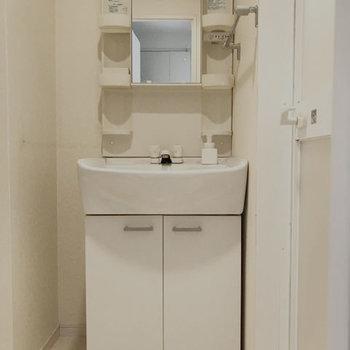 洗面もシャンプードレッサーで使いやすく。※写真はクリーニング前です。