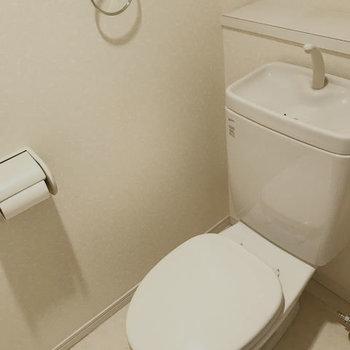 トイレはシンプルなタイプです。※写真はクリーニング前です。