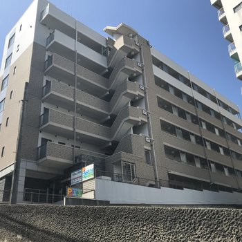 桜坂の名の通り、坂道を登った先にあるどっしりとしたマンションです。