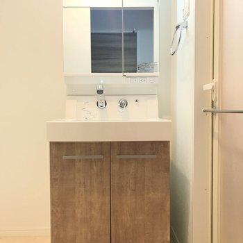 洗面台のナチュラルブラウンが素敵〜。