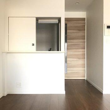 キッチンは対面式。小窓を開けてこんにちは♪